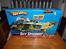 HOT WHEELS, CITY SPEEDWAY PLAY SET, WITH ONE VEHICLE INCLUDED , NIB, 2009