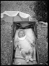 Jeune enfant bébé nourrisson landau - Ancien négatif photo an. 1930