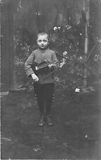 B43846 enfant jouent le violon child playing the violin