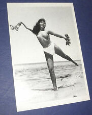 BETTIE PAGE Queen of Burlesque Erotik Postkarte NUDE Beach Oben ohne sexy Pin UP