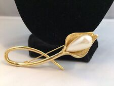 VINTAGE/RETRO FAUX PEARL LONG GOLD TONE CALLA LILY FLOWER BROOCH~