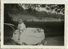 PHOTO ANCIENNE - VINTAGE SNAPSHOT - ENFANT LANDAU DRÔLE-CHILD BABY CARRIAGE 1944