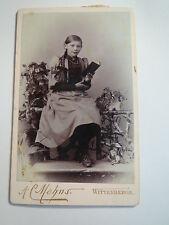 Wittenberge - sitzendes Mädchen im Kleid mit Zopf - Buch in der Hand / CDV