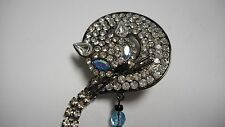 BEAUTIFUL OLD CAT PIN / BROOCH METAL CLEAR CRYSTAL WITH LONG TAIL BLUE EYES