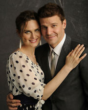 Emily Deschanel & David Boreanaz (36015) 8x10 Photo