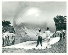 1942 Men Tie Barrage Balloon Down Original News Service Photo
