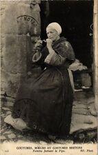 CPA Coutumes, Moeurs et Costumes Bretons Femme fumant la Pipe (253206)
