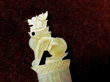 ANCIEN COUPE PAPIER EN NACRE sculpté à décor de griffon