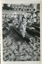 PHOTO ANCIENNE - VINTAGE SNAPSHOT - FEMME SEXY PIN UP PLAGE CANOÉ - WOMAN BEACH