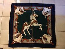 Foulard carré de Karl Lagerfeld, décor aux chevaux.