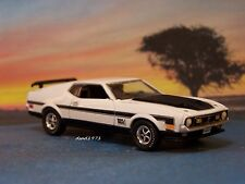1971 71 FORD MUSTANG MACH 1 COLLECTIBLE DIECAST MODEL 1/64 SCALE ~ DIORAMA