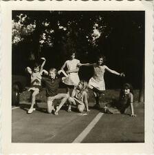 PHOTO ANCIENNE - VINTAGE SNAPSHOT - ENFANT JEU DANSE DANSEUR DRÔLE - DANCING