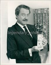 1989 Actor Richard Crenna Flips Through Cash Original News Service Photo