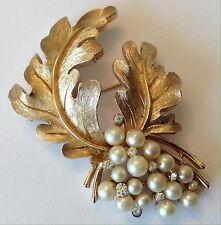 VINTAGE CROWN TRIFARI SIGNED PEARL AND RHINESTONE BROOCH NF4