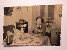 Frau liest in einem Buch zu Weihnachten - Pyramide mit Kerzen Figur / Foto
