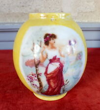petit vase porcelaine de Limoges jaune decor a l'antique yellow vase