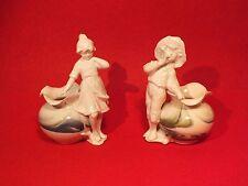 + Paire de vases au jeune couple en porcelaine vers 1900 - Saxe +