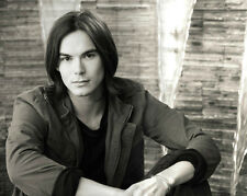 Tyler Blackburn UNSIGNED photo - D1436 - Pretty Little Liars, Ravenswood & Wendy