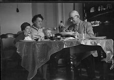Repas en famille enfants grands parents - Ancien négatif photo an. 1950