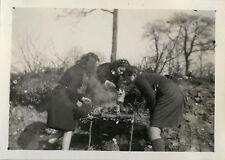 PHOTO ANCIENNE - VINTAGE SNAPSHOT - SCOUT SCOUTISME JEANNETTE BBQ FEU REPAS CAMP