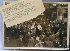 193-. photo de presse . LA SARRE . le docteur Frick debout dans sa voiture