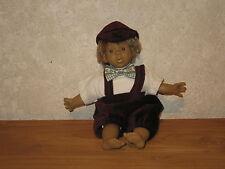 PURA PASTOR *NEW* Poupée synthétique 28cm garçon couleur prune Doll