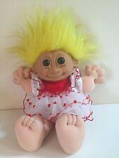 VINTAGE Russ Berrie Troll bambola, corpo morbido, capelli gialli, Abito Rosso E Bianco rara