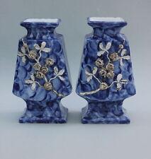 Ein Paar Porzellan-Vasen mit aufgelegten Rosen, Handarbeit, um 1890