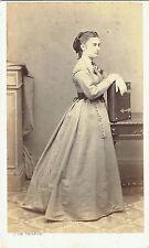 Photo cdv : J.de Parada ; Jeune femme en appui sur un album photo , vers 1865