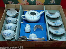 Jolie ancienne dinette en porcelaine décor bleu dans sa boite