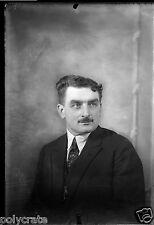 Portrait studio homme moustache négatif photo ancien verre  an. 1920
