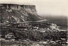 AK: Cassis - Vue panoramique Au fond: les falaises du Cap Canaille