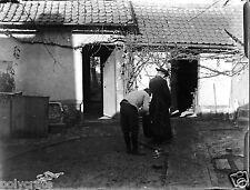 Deux hommes de dos abbé prêtre maison - ancien négatif verre photo - an. 1910 20