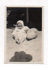 PHOTO ANCIENNE Snapshot Vintage BÉBÉ BALLON DE RUGBY OMBRE PHOTOGRAPHE 1931