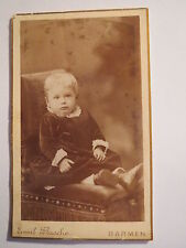Barmen - sitzendes kleines Kind - Portrait / CDV