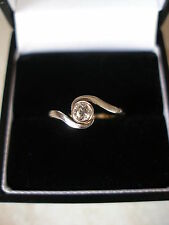 LADYS 18 CARAT GOLD & PLATINUM DIAMOND SINGLE STONE RING MADE IN ENGLAND LOVELY