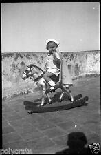 Enfant petit garçon sur cheval à bascule - Ancien négatif photo an. 1920