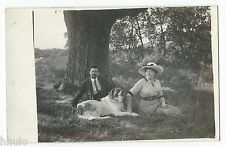 BM456 Carte Photo vintage card RPPC Femme Homme chien dog mode fashion parc