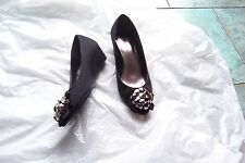 womens jaclyn smith alura black faux suede beaded bow wedge heels shoes sz 7