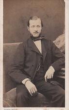 Photo carte de visite : Pierre Petit ; Homme assis dans un fauteuil , vers 1868