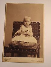 Wien & Ischl - auf einem Stuhl sitzendes kleines Mädchen / KAB