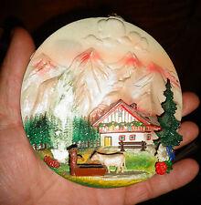 Décor des années 70 souvenir de Montagne Chalet et Vache d'Alpage en Plastique