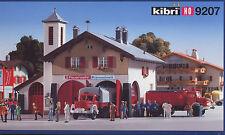 """Kibri H0-Bausatz 9207 Feuerwehrhaus """"Schneuzelreuth"""" mit Feuerwehr-Fahrzeugen"""
