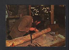 ATELIER d'un SCULPTEUR sur bois creant une SCULPTURE RELIGIEUSE