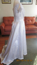 Sweetheart Gowns White Wedding Gown Beaded zips /Ribbon Size 10
