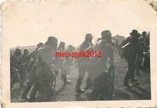 Foto, Wehrmacht, Soldaten beim Gewaltmarsch mit der Gasmaske, (Q)1103
