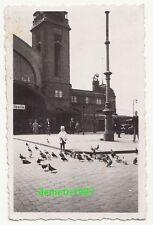 Foto Mädchen füttert Tauben am Bahnhof in Hamburg 1936 ! (F465