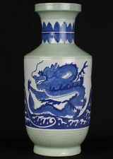 La Chine 20. siècle, a Chinese céladon Ground Blue & white rouleau vase chinois cinese