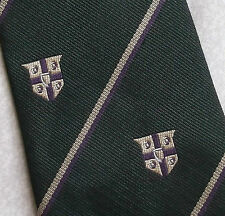VINTAGE SHIELD CREST EMBLEM MOTIF CLUB COLLEGE TIE DARK GREEN 1970s 1980s MUNDAY
