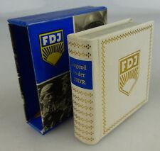 Minibuch: Jugend in der DDR überreicht an Verlagschef der Jungen Welt, Buch1533